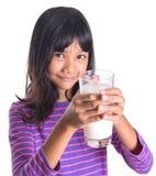 Chica joven con un vidrio de la leche XI Imagen de archivo