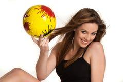 Chica joven con una bola amarilla Fotos de archivo libres de regalías