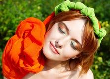 Chica joven con una bufanda del orangel fotografía de archivo libre de regalías
