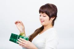 Chica joven con una caja de regalo Imagenes de archivo