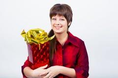 Chica joven con una caja de regalo Fotos de archivo libres de regalías