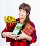 Chica joven con una caja de regalo Imagen de archivo