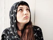 Chica joven con una cara de la pregunta Fotos de archivo libres de regalías