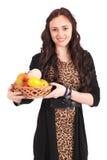 Chica joven con una cesta de fruta Fotos de archivo