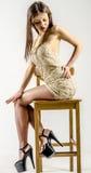 Chica joven con una figura hermosa en vestido de moda del 'de ÑƒÑ del ² del ‰ Ð'Ð del ¿Ñ de Ð en tacones altos y plataforma del  Foto de archivo