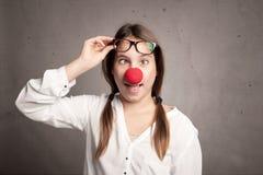 Chica joven con una nariz del payaso Imagen de archivo libre de regalías
