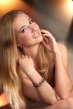 Chica joven con una sonrisa hermosa imagenes de archivo