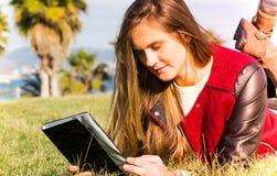 Chica joven con una tableta Fotografía de archivo