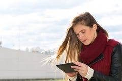Chica joven con una tableta Foto de archivo libre de regalías