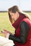 Chica joven con una tableta Fotos de archivo libres de regalías