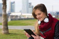 Chica joven con una tableta Imágenes de archivo libres de regalías