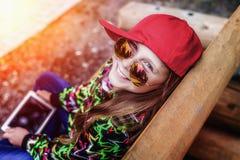 Chica joven con una tableta en el parque Fotos de archivo