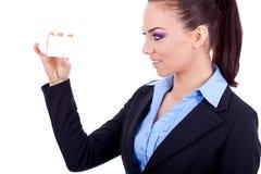 Chica joven con una tarjeta en blanco Fotografía de archivo libre de regalías