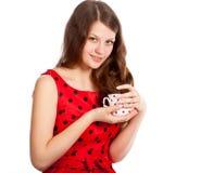 Chica joven con una taza de té en sus manos Fotos de archivo libres de regalías