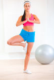 Chica joven concentrada que hace ejercicios de la yoga Fotos de archivo libres de regalías