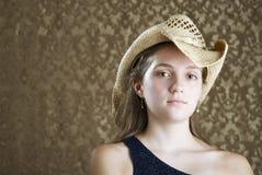Chica joven confidente en un sombrero de vaquero Imagenes de archivo