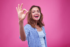 Chica joven contenta con gesto aceptable de la muestra Fotos de archivo
