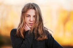 Chica joven contra un fondo de la naturaleza Imagenes de archivo