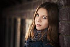Chica joven contra una pared Imagen de archivo