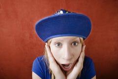 Chica joven dada una sacudida eléctrica Fotos de archivo