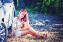 Chica joven de Asia en vestido con el coche de motor Fotos de archivo