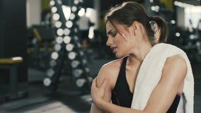 Chica joven de Attracttive que presenta en el fondo del gimnasio metrajes