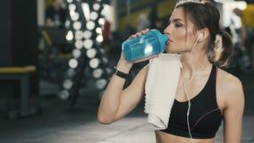 Chica joven de Attracttive que presenta en el fondo del gimnasio almacen de video