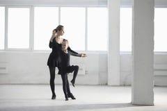 Chica joven de enseñanza de la bailarina en Warehouse foto de archivo libre de regalías