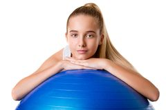 Chica joven de la aptitud que ejercita con cierre de la bola del ejercicio para arriba, aislado Imagenes de archivo