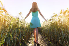 Chica joven de la belleza al aire libre que disfruta de la naturaleza MES adolescente hermoso Imagenes de archivo