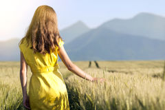 Chica joven de la belleza al aire libre que disfruta de la naturaleza MES adolescente hermoso Imagen de archivo