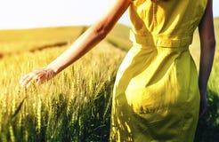 Chica joven de la belleza al aire libre que disfruta de la naturaleza MES adolescente hermoso Foto de archivo