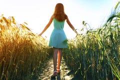 Chica joven de la belleza al aire libre que disfruta de la naturaleza MES adolescente hermoso Fotografía de archivo libre de regalías