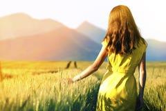 Chica joven de la belleza al aire libre que disfruta de la naturaleza MES adolescente hermoso Imagen de archivo libre de regalías