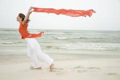 Chica joven de la belleza en la playa Fotografía de archivo libre de regalías