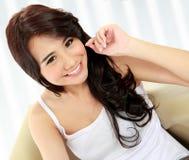 Chica joven de la belleza que sonríe a la cámara Imágenes de archivo libres de regalías