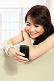 Chica joven de la belleza que usa el teléfono móvil Imagenes de archivo