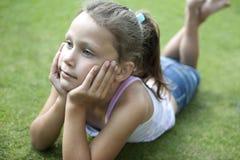 Chica joven de la comida campestre que se reclina sobre las manos, Imágenes de archivo libres de regalías
