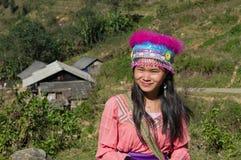 Chica joven de la flor Hmong indígena. Sapa. Vietnam Fotos de archivo