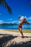 Chica joven de la foto que juega en el equipo que bucea de la playa El gasto sonriente de la mujer enfría la isla al aire libre d Fotografía de archivo libre de regalías