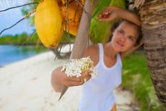 Chica joven de la foto que se relaja en la playa con las flores El gasto sonriente de la mujer enfría la isla al aire libre de Ba Fotografía de archivo