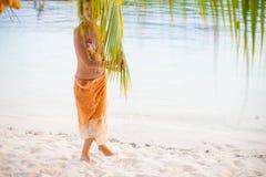 Chica joven de la foto que se relaja en la playa El gasto sonriente de la mujer enfría la isla al aire libre de Bali del tiempo O Imagen de archivo libre de regalías