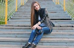 Chica joven de la moda con los auriculares Foto de archivo
