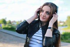 Chica joven de la moda con los auriculares Imagen de archivo