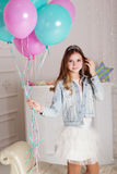 Chica joven de la moda con los globos azules y rosados Imágenes de archivo libres de regalías