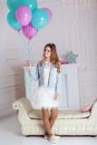 Chica joven de la moda con los globos azules y rosados Imagenes de archivo