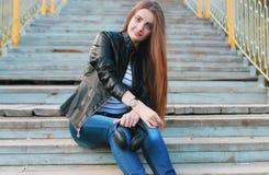 Chica joven de la moda en parque del otoño Imagenes de archivo
