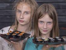 Chica joven de los pares del retrato con el sushi, cierre para arriba Imagenes de archivo