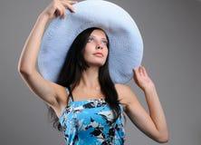 Chica joven de moda en un sombrero Imagen de archivo