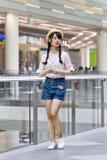 Chica joven de moda en una alameda de compras, Pekín, China Foto de archivo